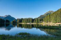 Den bekannten Urner Bergsee erreicht man direkt in sechs Minuten mit der Lutfseilbahn vom Dorf Intschi. Auch von Amsteg bringt einem eine Luftseilbahn auf die Bergterasse nach Vorderarni, von wo der See in einem halbstündigen Spaziergang zu erreichen ist.