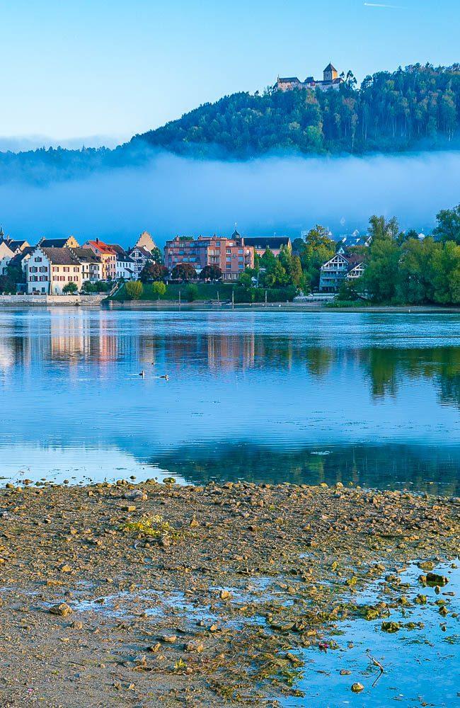 Wer durch Stein am Rhein bummelt, entdeckt prächtige Häuser aus längst vergangenen Zeiten, lokales Gewerbe und viele hübsche Cafés und Restaurants. An der Ufer-Promenade des Rheins lässt man zum Abschluss Seele und Beine baumeln.