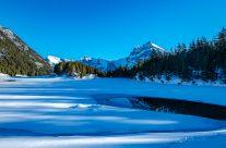 Zauberhafter Winterwanderweg rund um den malerischen Arnisee. Der Arnisee liegt hoch über dem Reusstal und gilt als Sonnenterrasse vom Urnerland.