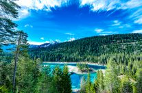 Auf Rätoromanisch «Lag la Cauma» genannt, was «See der Mittagsruhe» bedeutet, ist der Caumasee die Perle von Flims