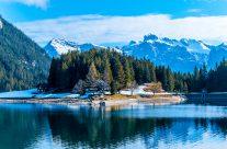 Der malerische Arnisee befindet sich auf dem Gebiet der Gemeinde Gurtnellen im Kanton Uri. Er liegt auf einer Höhe von 1369 Metern über Meer auf einem Hochplateau über dem Reusstal. Der künstlich gestaute Arnisee dient als Speichersee für den Intschialpbach und den Leitschachbach.
