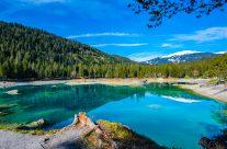 Es gibt viele Namen für diesen Bergsee. «Edelstein in der Tiefe» wird er genannt, aber auch die «Perle von Flims». Karibikblau und Piniengrün,