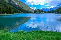 Das Gebiet Arni, in welchem der See liegt, dient als Sonnenterasse für Jung und Alt.