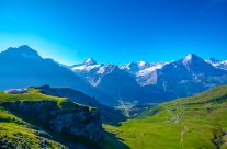 Panorama-Höhenwanderung der Superlative im Berner Oberland mit Blick auf Eiger, Mönch und Jungfrau.