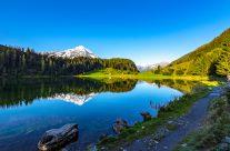 Er befindet sich auf 1409 Meter über Meer und kann in etwa 20 Minuten zu Fuss umrundet werden. Der See wird vor allem im Sommer oft als Abkühlung genutzt.