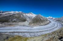 Der Grosse Aletschgletscher hat die Landschaft in der Aletsch Arena über Jahrtausende geformt. Während der letzten Eiszeit (vor etwa 18.000 Jahren) bedeckte das Eis noch die Bergrücken zwischen Bettmerhorn und Riederhorn – nur die Spitzen von Bettmerhorn und Eggishorn waren eisfrei. Erkennen lässt sich das bei einem Blick in die Natur: Während das damals eisbedeckte Gebiet durch die Gletscherbewegung wie geschliffen erscheint, weisen Bettmerhorn und Eggishorn schroffe Formen auf.